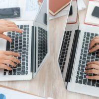 la-gente-de-negocios-usando-la-computadora-portatil-y-cartas-financieras-en-la-reunion-o_1232-2740